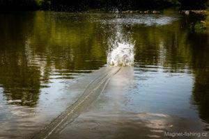 Magnet fishing dál od břehu.