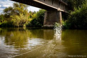 Magnet fishing, magnetický lov bývá úspěšný i blízko mostů.