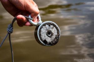 Na dně řek mohou být kovové částečky.
